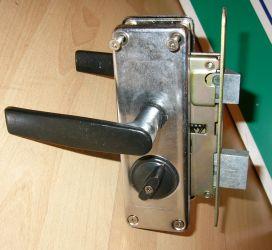поменять личинку в замке металлической двери