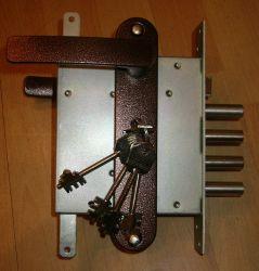 поменять дверной замок с выездом мастера и замком