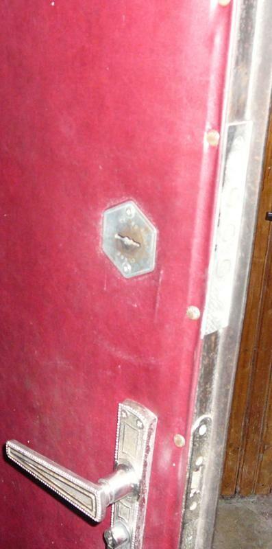 замена встроенного верхнего замка фото двери