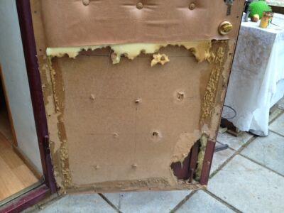 фото где требуется ремонт обивки двери после шалостей собаки