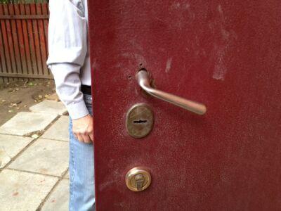 фото двери со сломанной ручкой